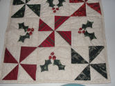 Free pattern for a mini Christmas pinwheel and holly quilt.