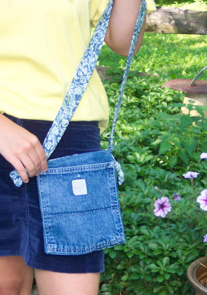 Grab a pocket from an old pair of jeans and you can stitch up this mini pocket purse.