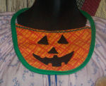 Free Halloween sewing pattern on how to sew an adorable pumpkin bib.