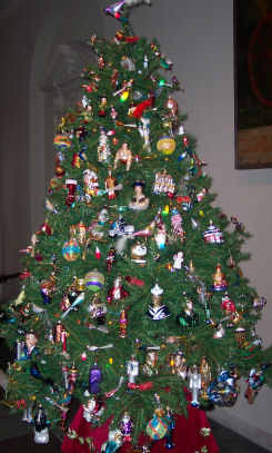 In 1890 A.F.W. Woolworth brought glass Christmas tree ornaments to the US.