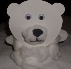 Fun winter arts and crafts project for kids, a cute little polar bear made from paper plate and cotton balls.